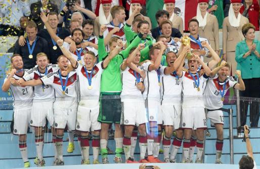 Los jugadores de la selección alemana celebran la victoria tras recibir el trofeo.