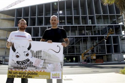 David Abril y Antoni Verger, frente al Palau de Congressos.