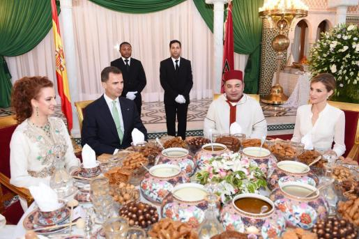 Los Reyes de España y Marruecos disfrutan del «ftar», la cena que rompe el ayuno del Ramadán.