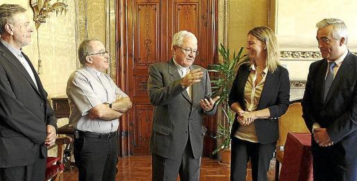 Lluc Riera, Antoni Vera, Javier Salinas, Maria Salom y Miquel Barceló, ayer, en el Consell.