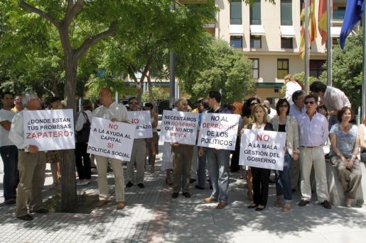 Los funcionarios de la Delegación de Economía y Hacienda se concentraron ayer frente las oficinas de la calle Gaspar Sabater.