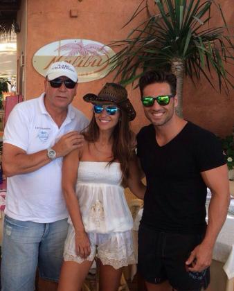 Un amigo de la pareja, Labi Champion, junto a Paula Echevarría y David Bustamante en el restaurante Malibú