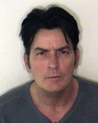Charlie Sheen fue detenido en Navidad por violencia doméstica.