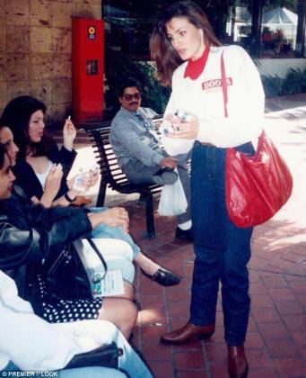 Letizia vendiendo cigarros en Guadalajara (México) cuando estudiaba un master allí.
