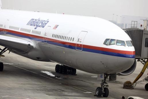 Fotografía de archivo fechada el 10 de marzo de 2014 de un avión Boeing 777-200 de la aerolínea Malasia Airlines en la pista del aeropuerto de Pekín, China, antes de despegar hacia Kuala Lumpur. Un avión de pasajeros Boeing-777 malasio que cubría la ruta de Amsterdam a Kuala Lumpur se estrelló este jueves 17 de julio de 2014, en el este de Ucrania, informaron fuentes policiales ucranianas a la agencia rusa Interfax.