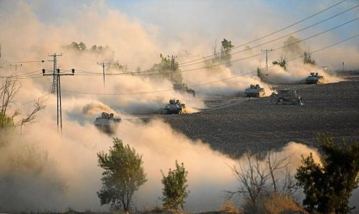Tanques israelíes maniobran en el norte de la Franja de Gaza dentro de la operación terrestre de invasión del territorio palestino.