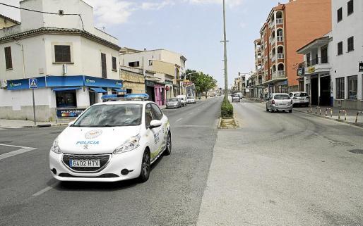 Un coche de policía pasa por el lugar donde sucedieron los hechos, en una imagen de ayer.