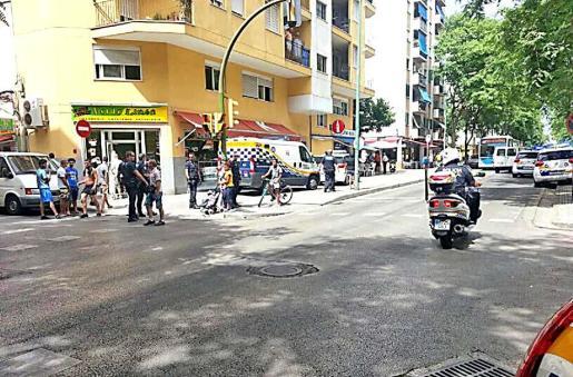 Uno de los sospechosos fue detenido en la calle Indalecio Prieto. Fotos: A.S.