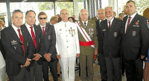 El jefe del sector Naval, Roberto Ortiz, y el comandante general de Baleares, Casimiro Sanjuán, con los paracas Manel Vidal, Carlos Iscar, Javier Jiménez, Isidoro Martínez, Daniel Ferrero y Ramón Cruz.