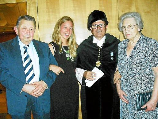 Josep Miró, catedrático y pionero de la Informática en España; su nieta Marina Molada, Llorenç Huguet y Apolonia Julià.