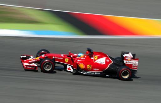 El español Fernando Alonso conduce su monoplza durante la sesión de clasificación del Gran Premio de Alemania.