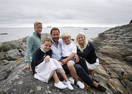 El príncipe Haakon y la princesa Mette-Marit con sus dos hijos, los príncipes Ingrid Alexandra de 10 años y Sverre Magnus de 8, además del joven Marius Borg Hoiby, hijo de la princesa.