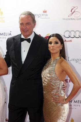 Eva Longoria posa con el cantante Bertín Osborne (i) a su llegada a la gala benéfica de la Fundación Global Gift.