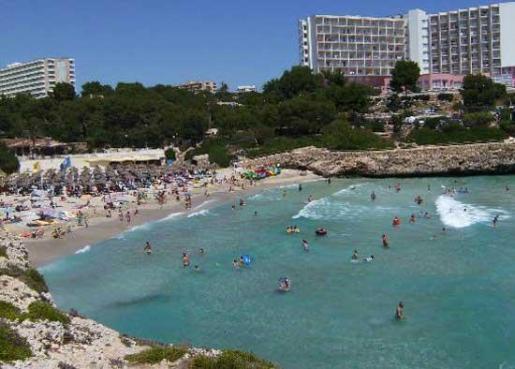 El complejo se ubica entre Situado entre las playas de Cala Domingos y Cala Antena.