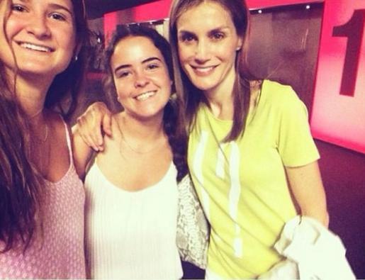 Doña Letizia se hizo un 'selfie' con dos chicas en el cine.