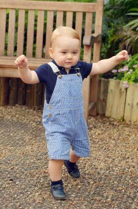 Los Duques de Cambridge han difundido esta imagen de los primeros pasos de su hijo, el príncipe Jorge.