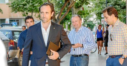 Bauzá llega por la tarde a la sede del PP en vila. Junto a él, Rai Prats, que fue obligado por el presidente a dejar el Ayuntamiento.