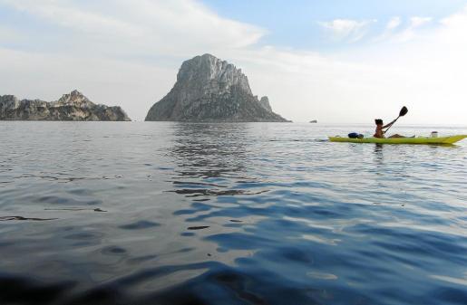 Una de las 'kayakistas' frente al islote de es Vedrà, en una de las excursiones programadas por Vuelta Ibiza Kayak.