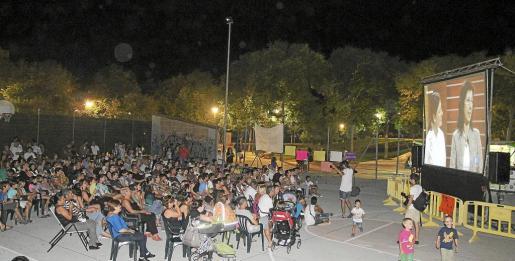 Familiares y vecinos se reunieron ayer en Son Oliva para ver la final.