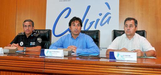 El alcalde de Calvià, Manuel Onieva, con el jefe de la Policía Local, José Antonio Navarro, y el director de Comercio, Joan Feliu.