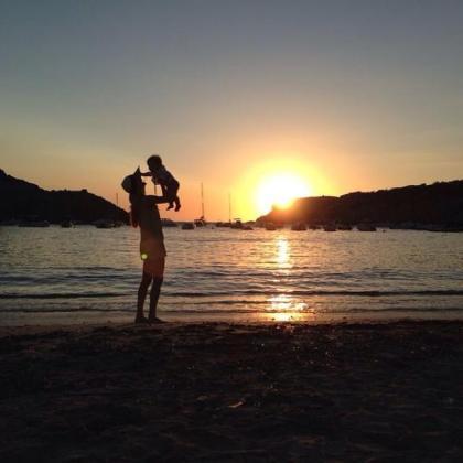 Vanesa Lorenzo y su hija Manuela en una playa de Eivissa.
