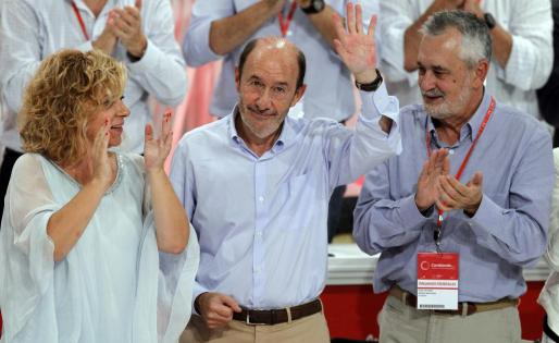 El secretario general saliente del PSOE, Alfredo Pérez Rubalcaba (c), que se ha despedido expresando su agradecimiento a todo el partido.