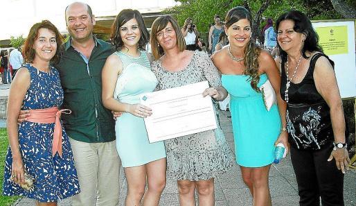 Lorena Sánchez, Jesús Martínez, Catalina María Vallespir, mostrando su Premio Extraordinario con su madre, Aina Cladera, Janet Vidal y Luz Domínguez.