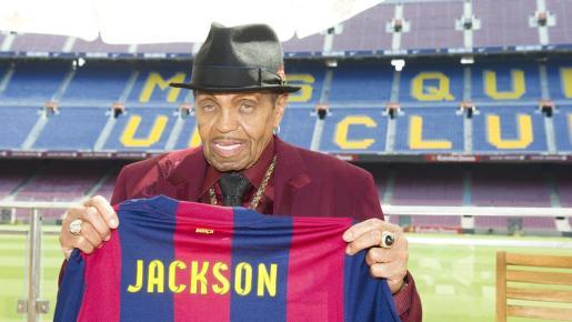 Fotografía facilitada por el FC Barcelona del padre del difunto Michael Jackson, Josep Walter Jackson, que posa con una camiseta con su nombre durante la visita que ha realizado a las instalaciones del club.