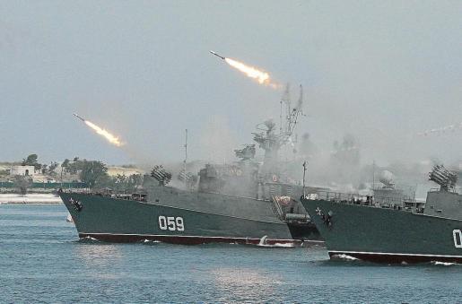 Buques de la armada rusa, durante unos ejercicios navales en Sebastopol, Crimea.