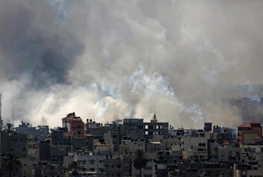 El humo se eleva después que tanques israelíes disparen en el barrio de Al Shejaeiya durante una operación militar en el este de Gaza.