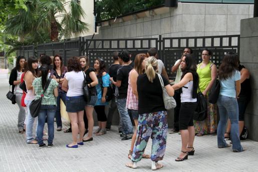Los participantes esperan impacientes para cantar ante el jurado.