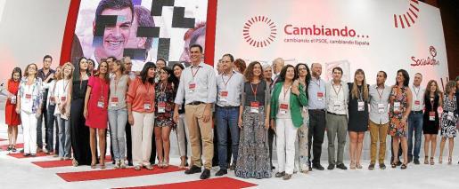 El nuevo secretario general del PSOE, Pedro Sánchez, posa con los integrantes de la nueva ejecutiva del partido.