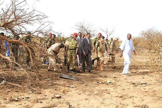 PPS02. Gao (Burkina Faso), 25/07/2014.- A handout picture taken and made available by Burkina Faso's presidential press service of Burkina Faso's president Blaise Compaore (centre in suit) at the Air Algerie flight AH5017 crash site in the Gossi region, west of Gao, Mali 25 July 2014. French President Hollande has promised that the bodies of 118 people who died in the crash will be brought to France (Francia, Francia) EFE/EPA/HO BEST QUALITY AVAILABLE/ HANDOUT EDITORIAL USE ONLY/NO SALES BURKINA FASO PRESID
