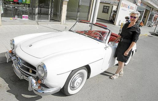 Marga Rotger junto su coche Mercedes 190 SL.