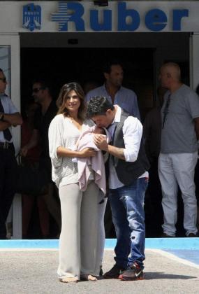 La pareja ha presentado hoy a su hija Alma, la segunda del matrimonio, a la salida de la clínica.