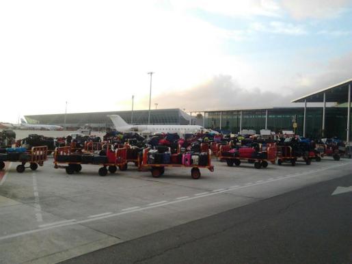 Carros con equipaje en las pistas de Son Sant Joan.