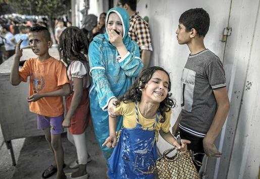 Una mujer y una niña lloran tras un nuevo ataque aéreo israelí en la ciudad de Gaza.