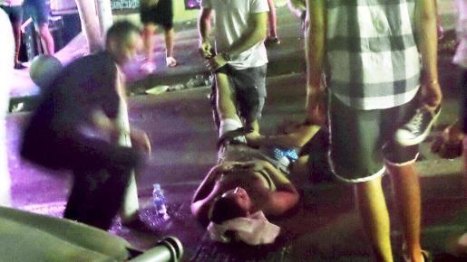 El joven italiano herido por una puñalada, mientras era atendido poco después de sufrir la agresión.