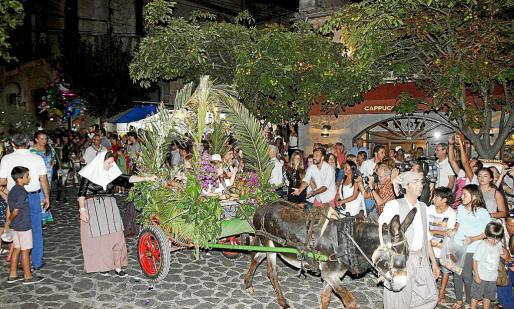 Valldemossa celebró su fiesta en honro a la Beata con el desfile del Carro Triomfal.
