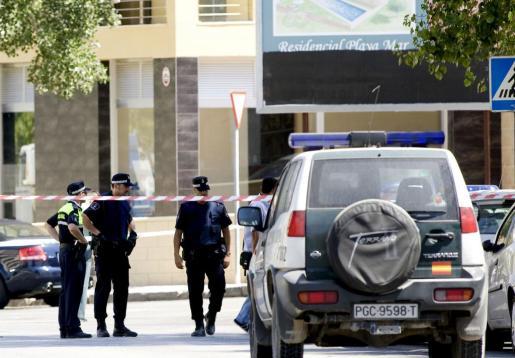 Agentes de la Policía acordonan la zona, en las inmediaciones del cuartel de la Guardia Civil en Palmanova, donde murieron los dos guardias civiles que viajaban en un coche patrulla tras la explosión de una bomba colocada por ETA el 31 de julio de 2009.