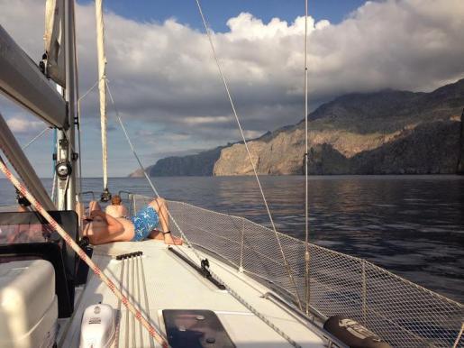 Descubrir la costa mallorquina a bordo de un velero o barco a motor puede ser un plan inmejorable para las vacaciones.