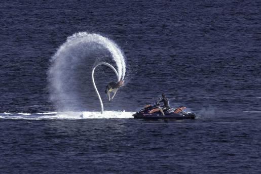 El 'flyboarding' te permite hacer piruetas en el aire.