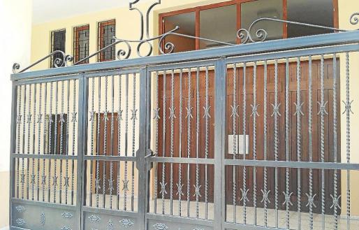 El sacerdote tuvo que refugiarse entre la verja y el portón de la iglesia para evitar la agresión.