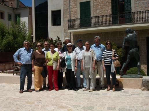 Los miembros de la Asociación Sociocultural de Banyalbufar, en uno de los rincones del jardín de Can Prunera.