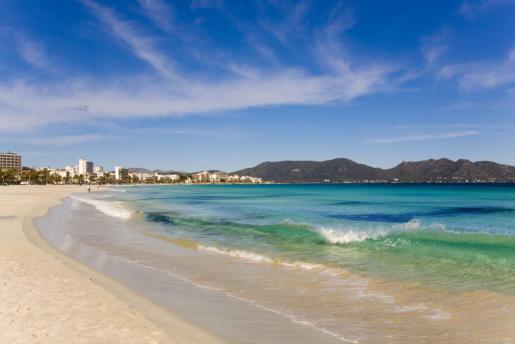 La playa de Cala Millor tiene una longitud de dos kilómetros, de los que 1.320 metros pertenecen a Sant Llorenç y el resto al municipio de Son Servera.
