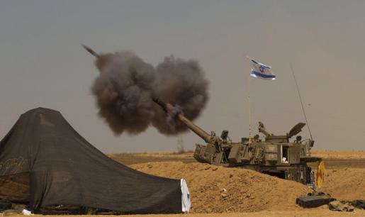 Un tanque israelí despliega su artillería contra la Franja de Gaza desde una localidad cercana a la frontera, este 1 de agosto de 2014. Desde el comienzo de la pausa humanitaria, fuentes palestinas alertan de que al menos 35 personas han muerto y otras 200 han sido heridas en bombardeos y ataques de artillería israelíes.
