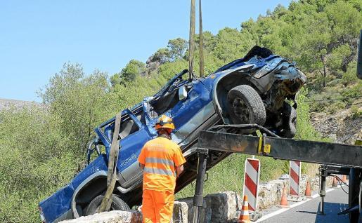 El coche cayó desde unos 15 metros y dio varias vueltas de campana hasta llegar a la orilla de un torrente próximo.