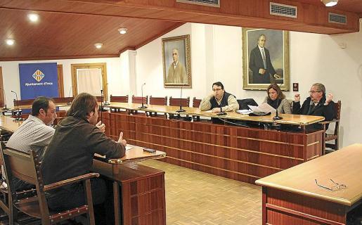 Imagen de una reunión de varios regidores de Inca por la privatización del agua.