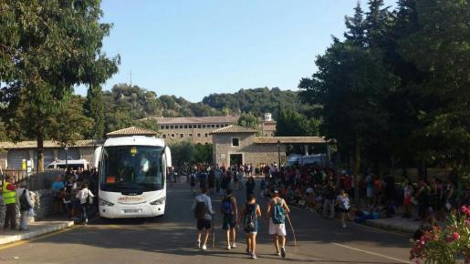 Un grupo de marxaires llega a Lluc.