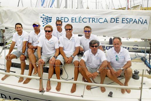 Los tripulantes integrantes del equipo 'Red Eléctrica' posan sobre su embarcación, ayer, en los pantalanes del Real Club Náutico de Palma.